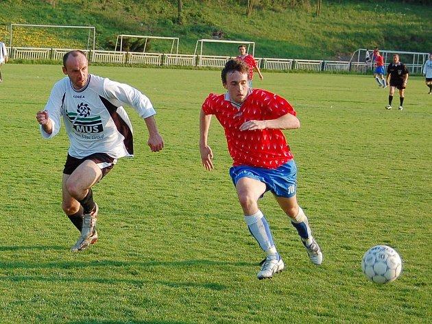 Žatecký útočník Vlastimil Klíma (vpravo) v utkání 1.B třídy  s vedoucím SK Kopisty.
