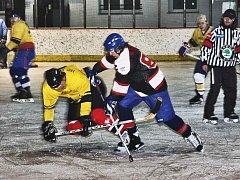 MLADÍ NA KOLENOU. Tak nazval  autor snímek z derby hokejistů Panenského Týnce.