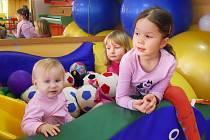 Světlana, Lucie a Klára (zleva) si hrají v prostorách mateřského centra Sedmikráska