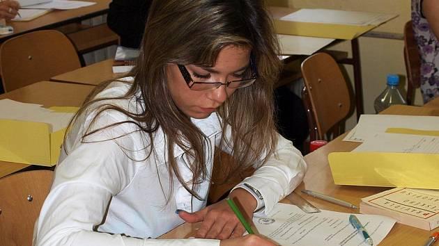 Tereza Benešová tvoří maturitní písemnou práci z českého jazyka