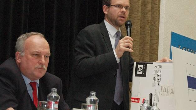 Jan Kerner hovoří na dobroměřickém zasedání. Vlevo přihlíží Vladimír Záhorský.