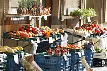 Vystavování zboží před obchody venku na ulici v městské památkové zóně bude od prázdnin rovněž zakázáno.