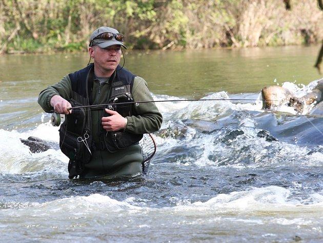 Rybář zkouší štěstí v Ohři pod Nechranickou přehradou.