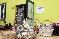 Velikonoční trhy ve vnitrobloku v žatecké ulici Bratří Čapků u sociálně terapeutické dílny organizace Kamarád Lorm