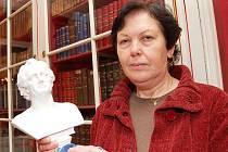 Jiřina Paikrtová se soškou slavného evropského básníka