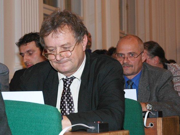 Zastupitelé v Lounech si prohlížejí dokumenty na schůzi. Radovan Šabata (vpravo) patřil ke dvěma kritikům vysoké ceny nového hlasovacího zařízení. Vpředu je místostarosta Loun Jan Čermák.