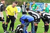 Rozhodčí Jaroslav Oborník dal v 90. minutě Richardu Zelinkovi za brutální faul jen žlutou kartu. Obránce Krupky Lukáš Hrubý pak musel být vystřídán.
