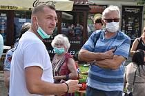 Milan Rychtařík a kandidáti do krajského zastupitelstva na mítinku v Žatci.