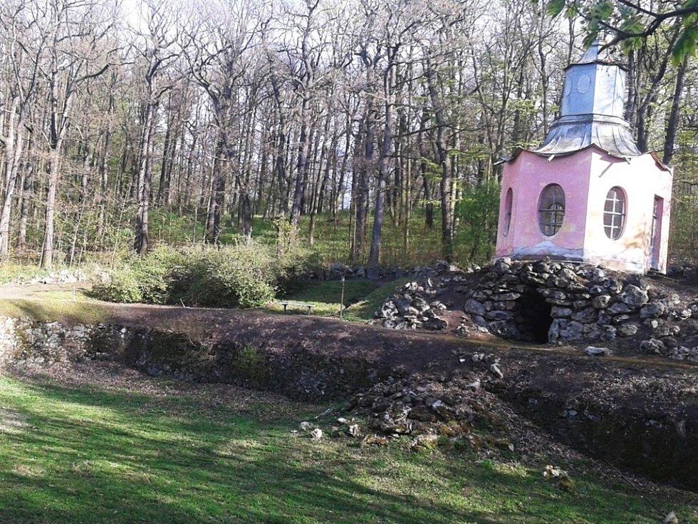 V havarijním stavu je nejen samotná stavba Čínského pavilonu, ale také rezervoár a kaskády.