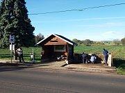 Odsouzené ženy upravují autobusovou zastávku naproti věznici v Drahonicích.