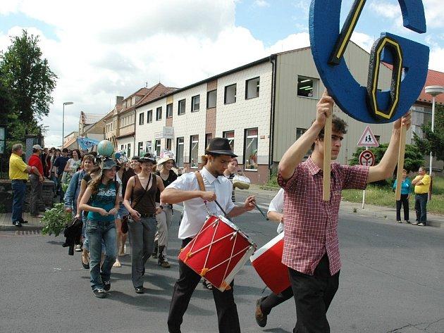 Slavnostní průvod městem při oslavách výročí založení gymnázia