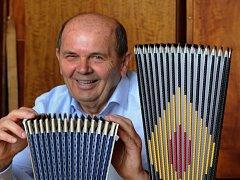 Ladislav Titlbach, majitel společnosti Harmonikas, ukazuje část  harmonik, které se vyrábějí v Lounech.