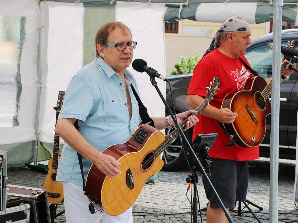 Josef Alois Náhlovský při vystoupení se svou kapelou Kozí bobky. Archivní foto