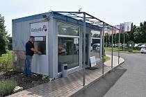 Na vrátnici firmy SEKO Aerospace Louny začal ve středu fungovat babybox. Na snímku při jeho instalaci Zdeněk Juřica.