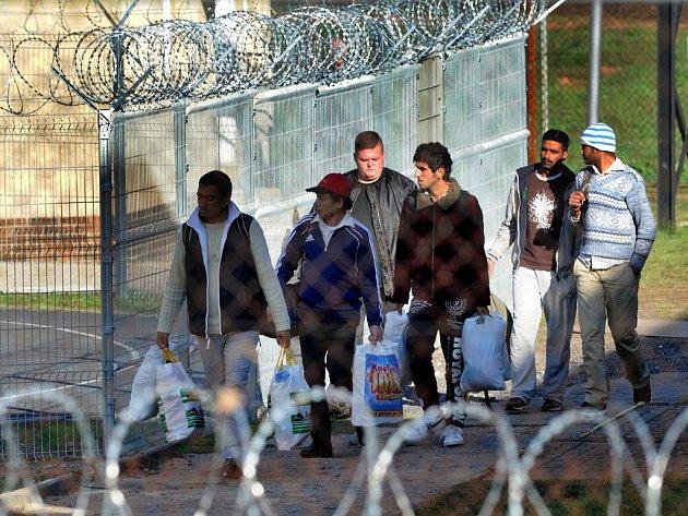 Běženci v areálu detenčního zařízení v Drahonicích.