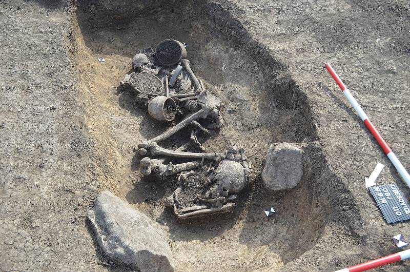 Hrob u Liběšovic, ve kterém byl uložen muž pravděpodobně významnějšího postavení vtehdejší společnosti. Kromě keramických nádob mu byl na horní část dřevěného obložení hrobu přiložen kamenný sekeromlat symbolizující osobu válečníka či náčelníka.