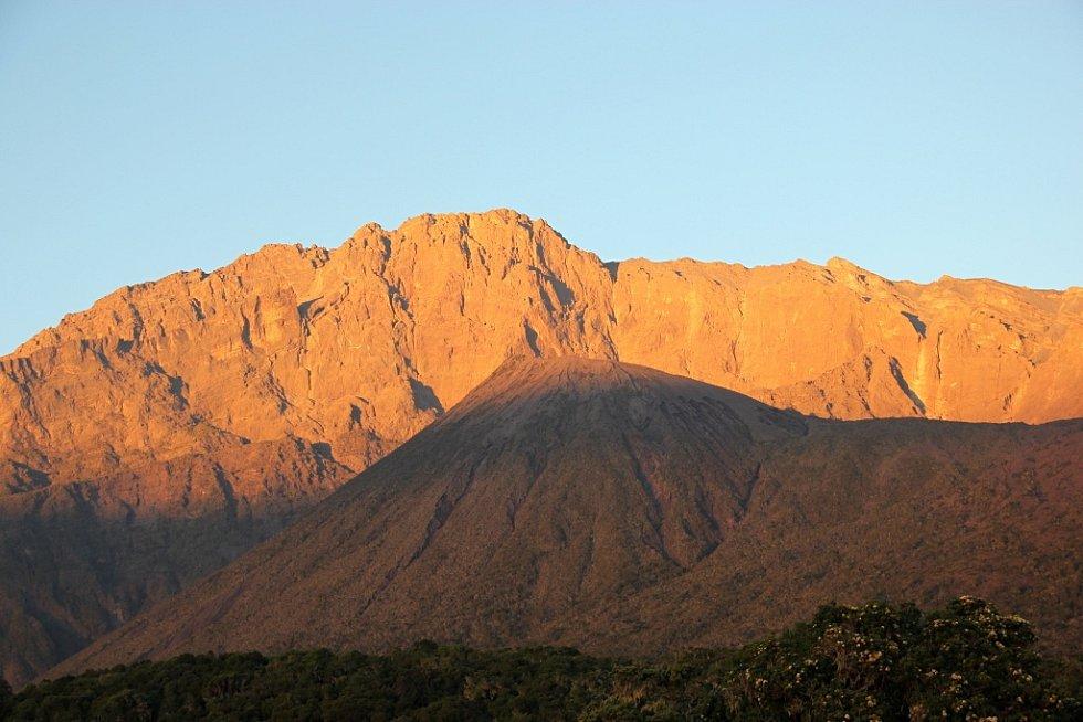 Sestup z Mount Meru a národní park Arusha