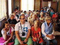 Návštěvníci v Křížově vile v Žatci při jedné z přednášek, kterou pořádalo muzeum. Ilustrační foto.