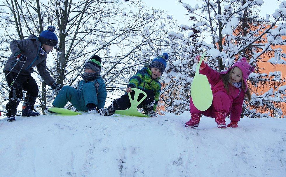 Děti z MŠ Alergo v Žatci si v pondělí poprvé pořádně užily kopec, který v tamní zahradě vyrostl loni na podzim.