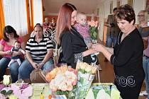 Zuzana Beránková se synem Honzíkem a starostka Martina Bartošová (vpravo)