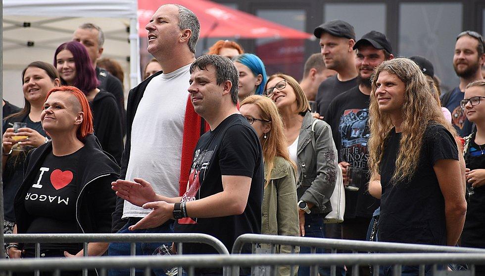 Dobré jídlo a pití přilákaly na festival v lounském pivovaru mnoho lidí.