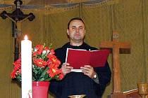 Kazatel Ivo Kraus v husitském kostele v  Podbořanech, kam pravidelně dojíždí vést  bohoslužby z druhého konce okresu Louny – z Peruce.