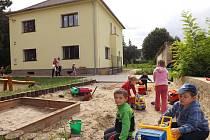 Děti si hrají v areálu Mateřské školy v Holedeči