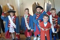 Děti se během příměstského tábora vypravily i na zámek Nový Hrad v Jimlíně, kde právě probíhá výstava k pohádce S čerty nejsou žerty