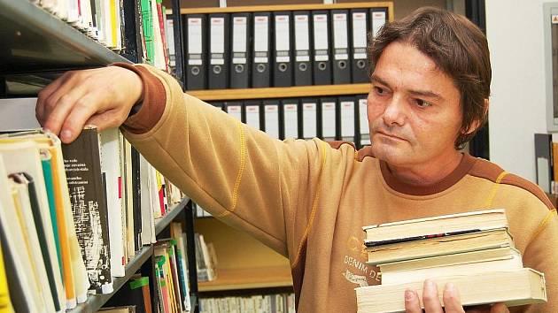 Pavel Markvart kupuje levné knihy v Žatci.