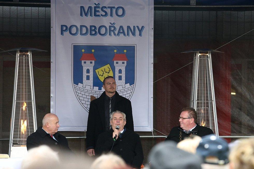 Setkání občanů s prezidentem probíhalo na podbořanském Masarykově náměstí. Vlevo přihlíží Oldřich Bubeníček, hejtman Ústeckého kraje, vpravo místní starosta Radek Reindl
