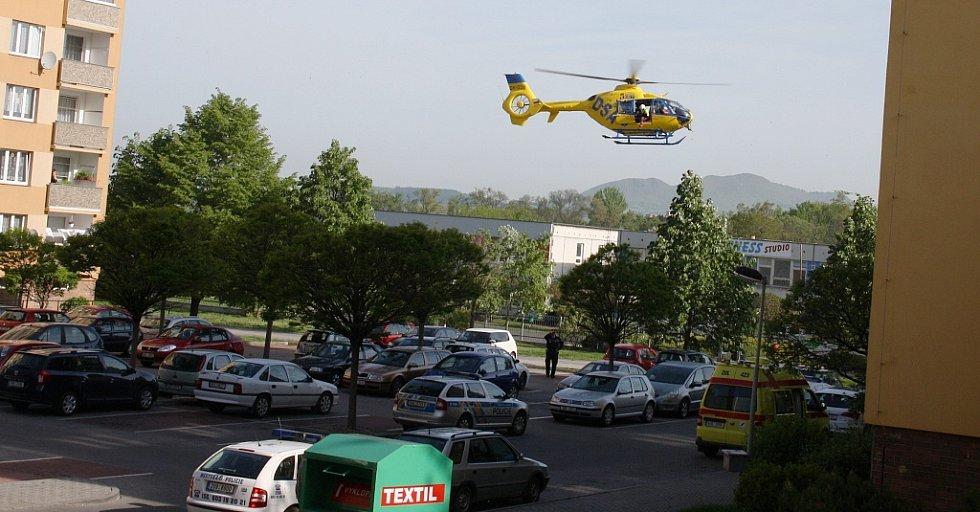 Vrtulník se záchranáři se chystá sednout na pěší zónu Široká v Lounech