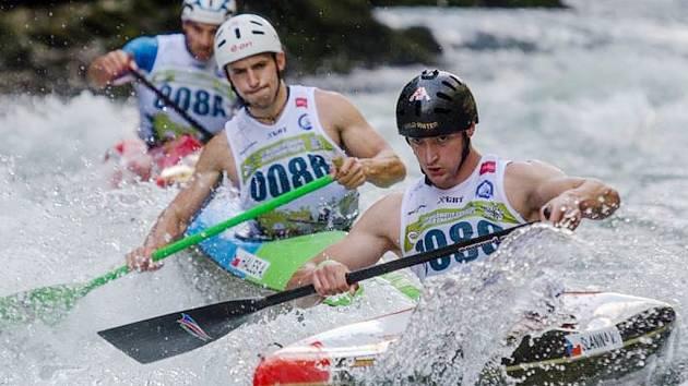 Žatecký Vladimír Slanina (vpředu) byl součástí zlatého týmu na světovém šampionátu ve sjezdu na divoké vodě. Česká reprezentace získala v družstvech dvě zlata.