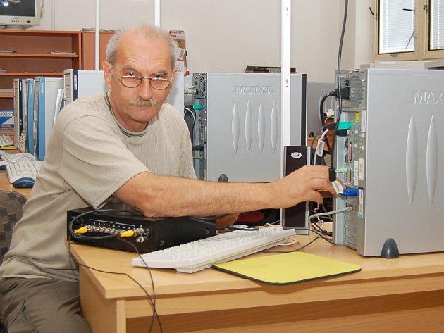 Učitel informatiky a fyziky Ladislav Zachar připojuje zesilovač a rozdělovač videosignálu v učebně aplikované výpočetní techniky na Střední zemědělské škole v Žatci.