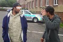 Mladíci u služebny policie, kam byli předvedeni k prokázání totožnosti