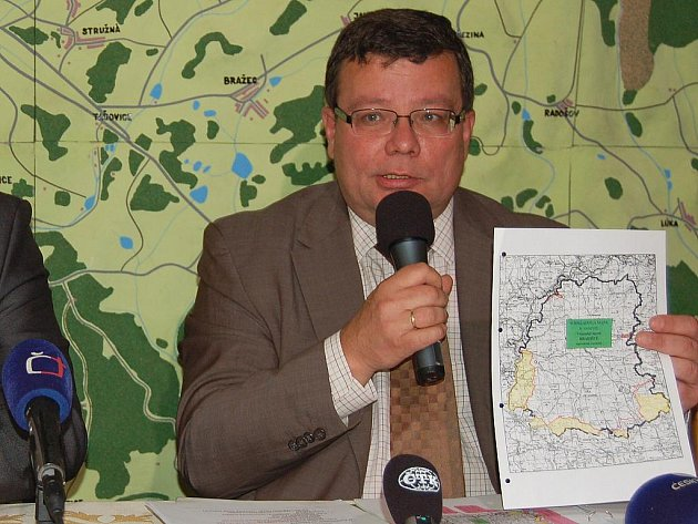 Ministr obrany Alexandr Vondra ve Vojenském újezdu Hradiště na mapce ukazuje, které části by se měly otevřít.