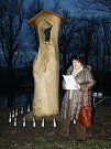 Irena Helerová z Vožekova sdružení v Košticích na Lounsku čte historii tragického příběhu,  který se v obci odehrál před 250 lety.