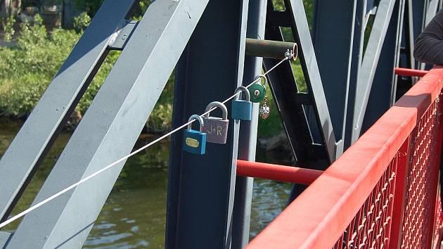 Na žatecký most přibyly visací zámky, symbolizující věčnou lásku