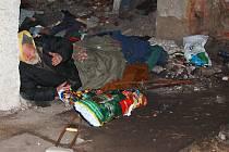 Bezdomovec spadl v jedné z opuštěných nádražních hal v Postoloprtech do montážního kanálu a zranil se.