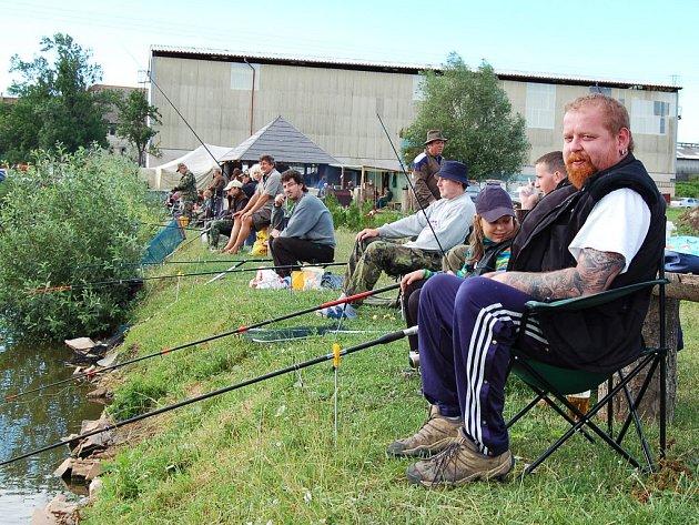 Jiří Roubal v chumlu dalších závodníků chytá ryby při setkání na Hříškově.