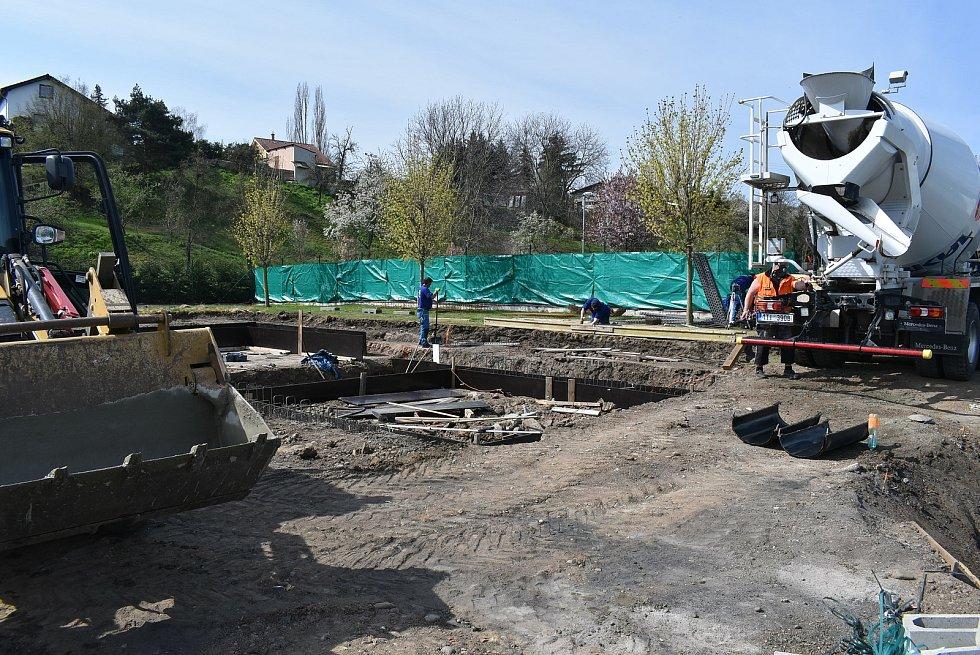 V Žatci na koupališti se staví nový bazén.
