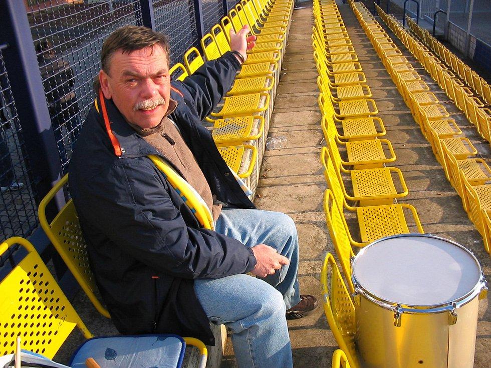 Jaromír Hykl v hledišti blšanského stadionku
