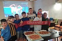 Fotbal, pizza, radost z gólu. Žatečtí fotbalisté sledovali drama s Chorvaty společně