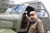Desítky historických vojenských vozidel se sjely do lokality Kozinec nedaleko Vroutku na Podbořansku