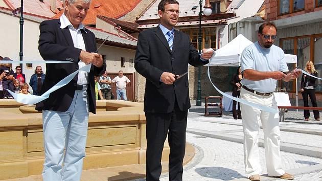 Přestřižení pásky se ujal generální ředitel firmy Ekostavby Jiří Markup, starosta Jan Kerner a zhotovitel kašny kameník Zdeněk Buk.