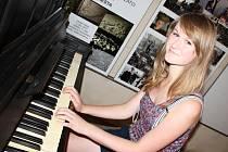 Žatecké veřejné piano v průchodu u Galerie Sladovna. Zahrát si může každý, na snímku Kateřina Bartošová.