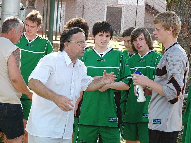 Josef Popelka dovedl v roce 2008 žatecké dorostence k titulům mistrů republiky. Na snímku radí svým svěřencům během zápasu proti týmu Podlázek.