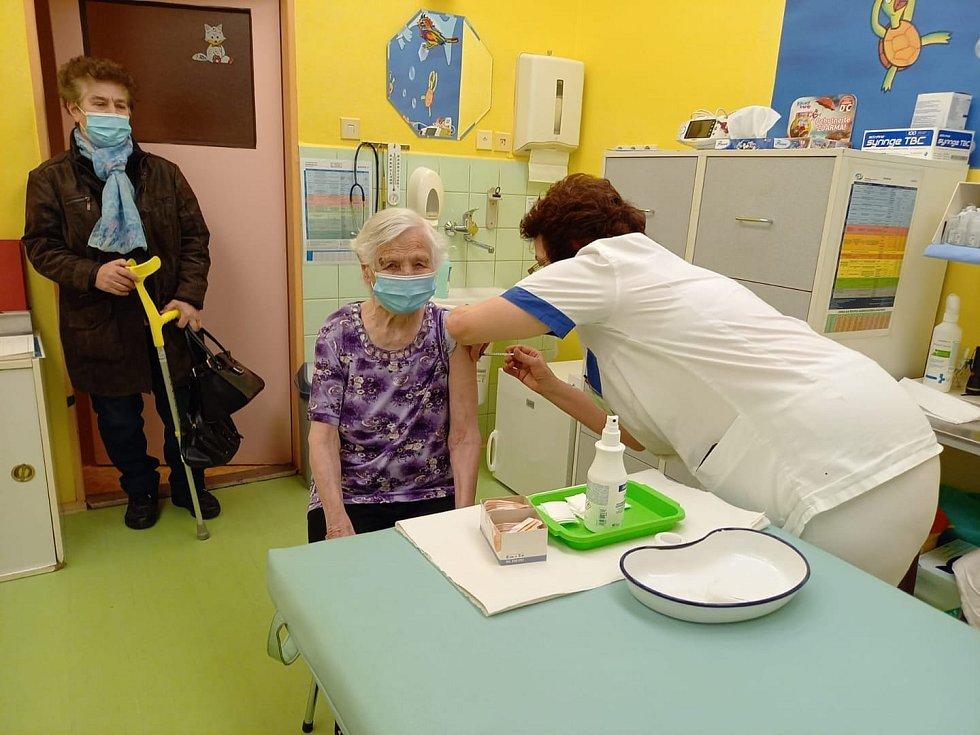 V žateckém vakcinačním centru byla proti SARS-CoV-2 očkována také paní Anna Topolančinová, ročník narození 1919.