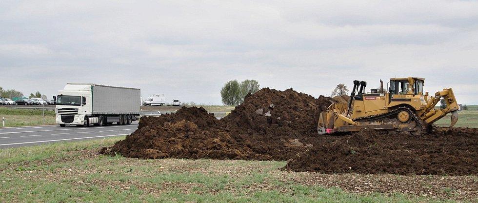 Zahájení stavby dálnice D7 v úseku od Bitozevsi do Postoloprt. Buldozer skrývá ornici v místě budoucí mimoúrovňové křižovatky u Postoloprt.