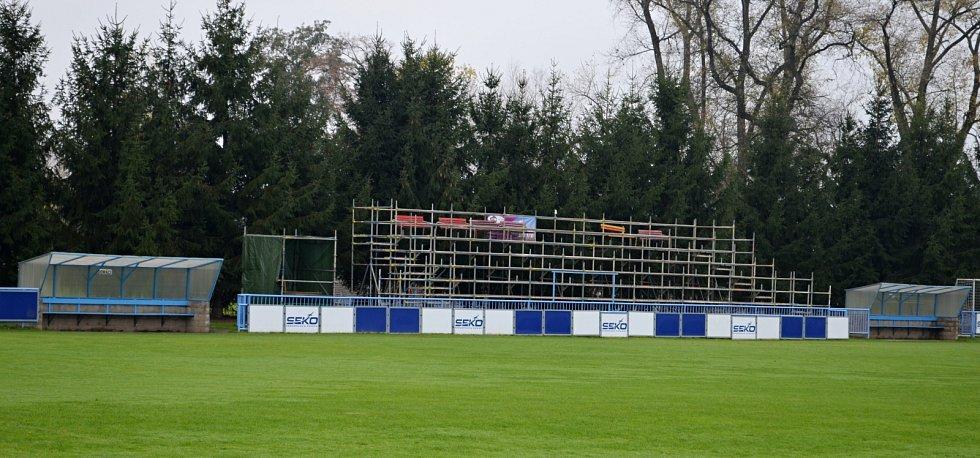 Provizorní tribuna, která momentálně slouží fanouškům lounských fotbalistů