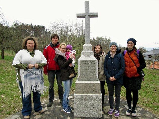 Slavnost k obnovení pomníčku ve Struhařích, malé osadě u Lubence. Manželé Čechurovi jsou vlevo hned vedle křížku.